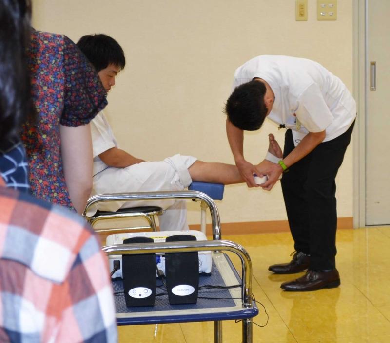 「日常に遭遇する疾患とテーピング」体験【柔道整復学科】